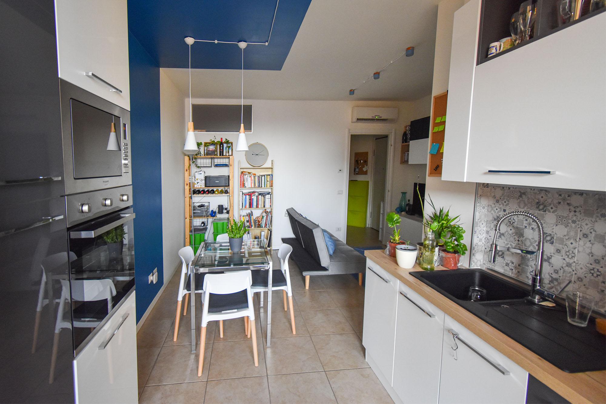 casa Milano interior design colore soggiorno cucina (1)